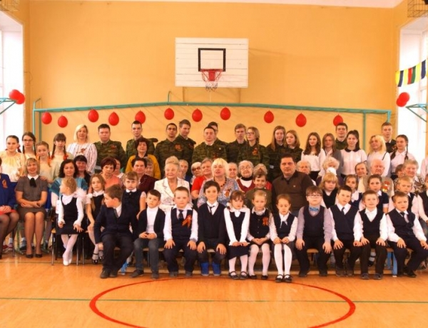 Школьники поздравили ветеранов с Днем Победы