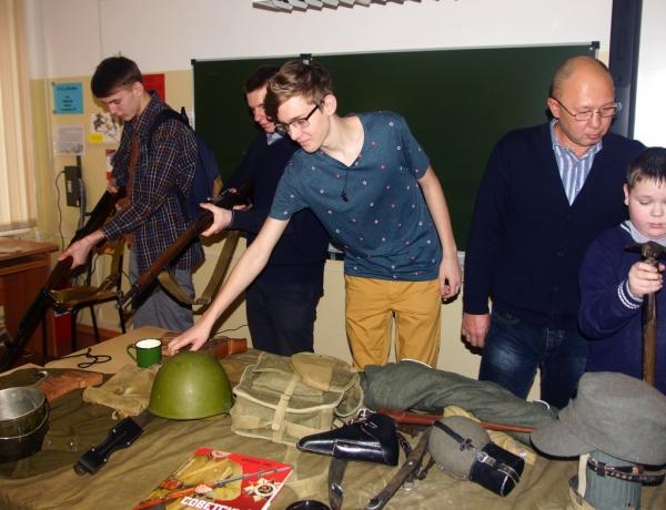 Военно-исторический клуб и депутаты горсовета провели «Урок мужества» в школе № 16