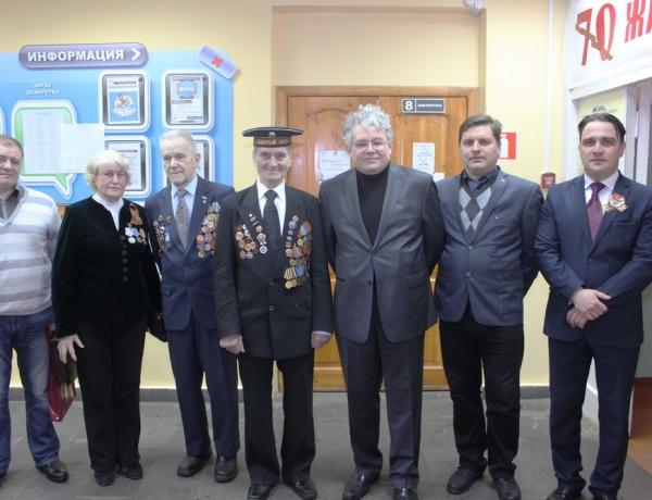 Знамя Победы и памятные стенды